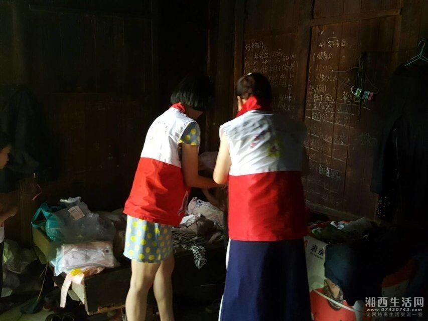 志愿者给向佳丽穿上新衣服