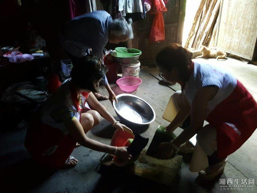 志愿者为他们买个西瓜解暑
