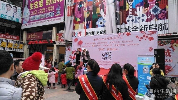 职工歌手边唱边与市民互动,派发礼品