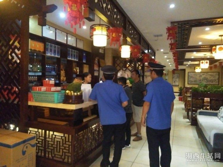 6月26日晚9点,联合执法部对朝阳路小餐饮店、夜宵摊开展门前四包宣传