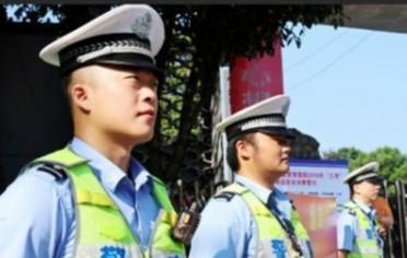 湘西州交警为考生全程护航